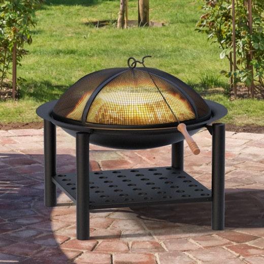 Feuerstelle aus Stahl in Schwarz mit Holzablage und Feuerhaken